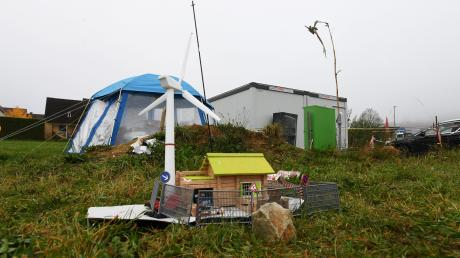 Seit mittlerweile acht Monaten müssen eine Frau und ihr Kind in diesem Container in Emersacker leben.