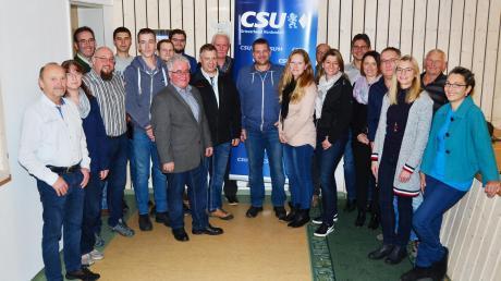 Die Kandidaten der CSU-Ellgau für die Wahl zum neuen Gemeinderat. Bürgermeisterkandidat ist Alfred Wagner (vorn, Fünfter von links).