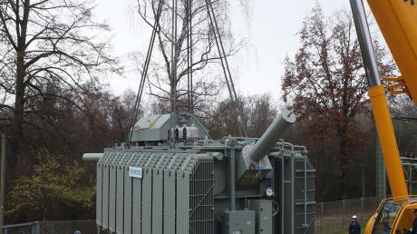 Großlieferung für das Umspannwerk in Langweid: Ein neuer Trafo soll die Stromversorgung schlagkräftiger machen.