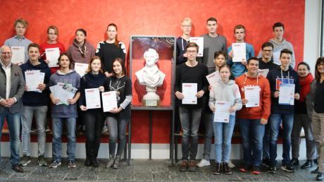 Die Neusässer Gymnasiasten sind in Naturwissenschaften spitze. Das Bild zeigt die erfolgreichen Teilnehmer an der Internationalen Chemie-Olympiade, der Internationalen Biologie-Olympiade und dem RACI-Chemie-Wettbewerb mit ihren betreuenden Lehrkräften.