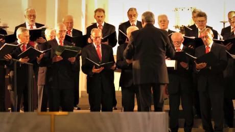 Beim Herbstkonzert sangen neben dem Männerchor Stadtbergen (unser Bild) auch der Kirchenchor Leitershofen in der Kirche.