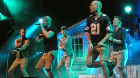 Unermüdlich tanzten die Jungs von VoxxClub zu ihren Liedern beim Auftritt in der Stadthalle Gersthofen.