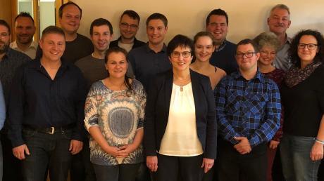Bürgermeisterkandidatin Christine Gumpp (vordere Reihe in der Mitte mit Brille) inmitteneinigerKandidatinnen und Kandidaten der Freien Wählergruppe Ellgau, die sich im März 2020 zur Kommunalwahl stellen.