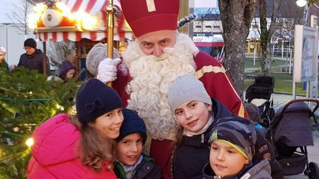 """Beim """"Stadtberger Adventszauber"""" hatte St. Nikolaus Überraschungen für die Kinder in seinem Sack."""