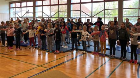 Zu Beginn des Kinder- und Jugendbibeltages sangen die Kinder das Kinderbibeltagslied, begleitet von Silke Hirschbeck an der Gitarre.