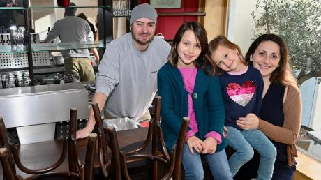 Freuen sich auf ihre neue Heimat (von links): Julian Sandler, Thalia und Klio Sandler (8 und 4 Jahre alt), Eleni Hertenstein-Sandler.