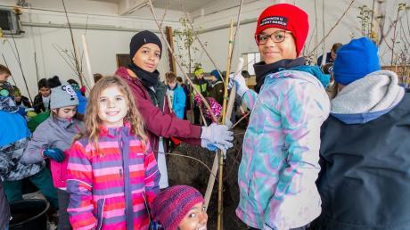 Theresa, Jesaja, Puja und Keesha pflanzen für ihre Stadt und für ein besseres Weltklima Bäume.