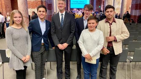 Die stolzen Gersthofer Mittelschüler mit dem bayerischen Kultusminister: (von links) Maja Wimmer (9a), Max Ammer (9aM), Michael Piazolo, Luca Schwarzkopf (9aM), Dominik Olbert (8b) und Hazem Kassouha (VOR1).