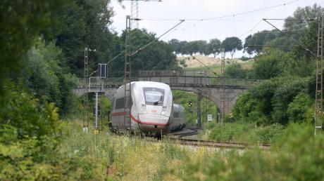 Für einen schnellen Ausbau der Bahnstrecke zwischen Augsburg und Dinkelscherben könnte sich die Gemeinde Adelsried in einer Resolution aussprechen. Damit würde sich die Gemeinde hinter die Entscheidung des Kreistags stellen.