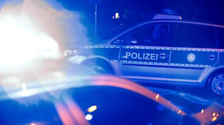 Schwer verletzt wurden zwei Autofahrer bei einem Frontalzusammenstoß am Montag zwischen Wörleschwang und der Anschlussstelle zur A8 bei Zusmarshausen.