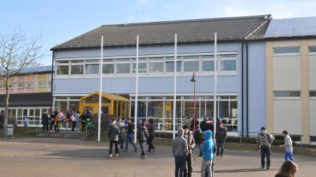 Der Stadtrat in Stadtbergen diskutiert über eine Erhöhung der Jugendsozialarbeit an den Schulen.