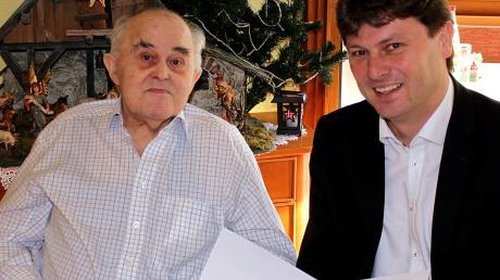 Bürgermeister Michael Higl gratuliert Xaver Zewinger zu dessen 95. Geburtstag.