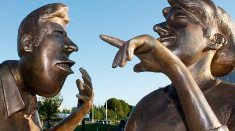 """Stadtbergen erwirbt den Bronzeguss """"Müllers Kuh"""" von Richard Gruber für den Skulpturenpark."""
