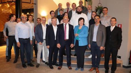 Anton Rittel (Mitte) mit (links und rechts von ihm) Landtagsabgeordnetem Johann Häusler und Landratskandidatin Melanie Schappin sowie die FW-Kandidaten für den Gemeinderat von Adelsried.