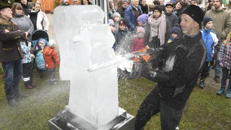 """Eiskünstler Klaus Grunenberg zeigt am Sonntag sein spektakuläres Können auf dem Engerlmarkt. Geplant ist ein """"weihnachtliches"""" Motiv."""