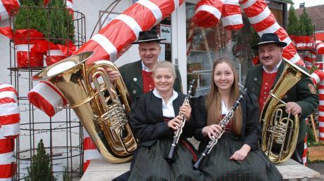 Am 7. und 8. Dezember findet wieder die traditionelle Aretsrieder Dorfweihnacht statt. Christian Sirch, Julia Hartmuth, Angela Hauser und Gerhard Hauser (von links) sind schon in Feststimmung.