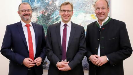 Der neue Leiter des Gersthofer Paul-Klee-Gymnasiums stellte sich im Landratsamt vor: (von links) Achim Falkenhein, Christian Engel und Landrat Martin Sailer.