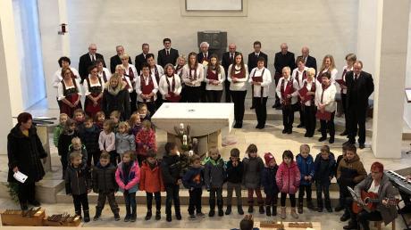 Mit Begeisterung sangen die Buben und Mädchen des Kindergartens beim Ellgauer Adventssingen. Auch der Kirchenchor Ellgau stimmte mit besinnlichen Liedern auf die Weihnachtszeit ein.
