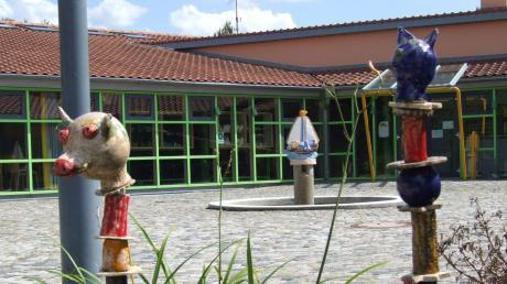 Östlich der Grundschule und des Forums in Ustersbach - also hinter den Gebäuden links im Bild - sollen die neue Kindertagesstätte und das Feuerwehrgerätehaus entstehen.