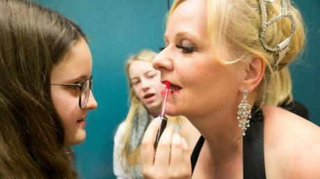 Madeleine trägt der Diva (Elke Kottmair) vorsichtig Lippenstift auf.