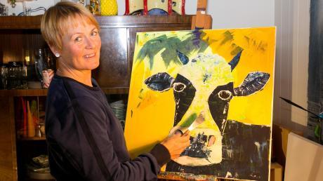 Das tut ihr gut: Susanne Ziegler malt in ihrem Wohnzimmer. Eigentlich ist es kein Malen in herkömmlichem Sinne, sondern eine Spachteltechnik.