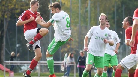 Kapitän Fabian Tögel und Patrick Mayer vom Spitzenreiter FC Horgau und Nils Schwemmer (links) von der Überraschungsmannschaft des SSV Anhausen tanzen an der Tabellenspitze der Kreisliga Augsburg.