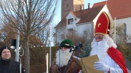 Bischof Nikolaus und Knecht Ruprecht eröffneten den Walkertshofener Weihnachtsmarkt am Fuße der Pfarrkirche St.Alban.