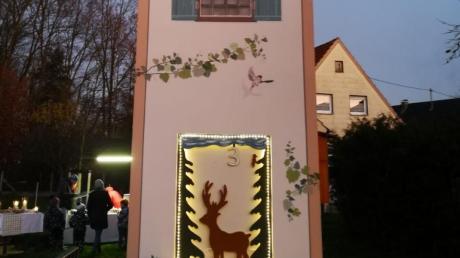 Seit 100 Jahren gibt es in Ellgau Strom. Deshalb gab es ein Adventsfenster am Trafoturm.
