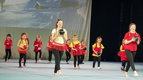 """Fröhliche Ballgymnastik präsentierten die Turnmädchen auf """"Heidis"""" Alm."""