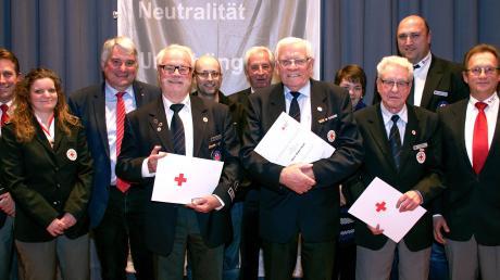 Ehrung beim Roten Kreuz: (von links) Paul Steidle (Vorsitzender), Martin Gschwilm (Vorsitzender Kreiswasserwacht), Erich Wahl, (DRK-Ehrennadel 60 Jahre), Patricia Handschuh (stv. Jugendleiterin Wasserwacht), Walter Heckl (DRK-Ehrennadel 70 Jahre), Max Strehle (Ehrenvorsitzender des Kreisverbandes), Martin Mischok (Leiter der Jugendarbeit), Dr. Hans Peter Wald (DRK-Ehrennadel 60 Jahre) Harald Güller, MdL (Justiziar des Kreisverbands) Stephanie Knöpfle (stv. Kreisbereitschaftsleiterin), Thomas Haugg (Kreisgeschäftsführer). Foto: Jutta Kaiser-Wiatrek