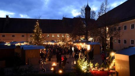 Die vorweihnachtliche Atmosphäre des Oberschönenfelder Weihnachtsmarktes auf dem Areal der 800 Jahre alten Klosteranlage im idyllischen Schwarzachtal ist weithin unvergleichlich