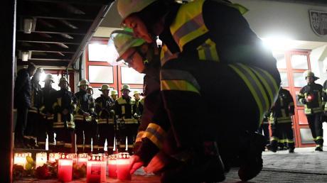 Die Betroffenheit bei der Neusässer Feuerwehr ist besonders groß. Schließlich war der am Königsplatz Verstorbene einer von ihnen. Gestern Abend zündeten die Neusässer Lichter für ihn an.