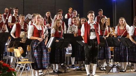 Die Jugendkapelle des Musikvereins Fischach stellt unter Dirigent Christoph Egge ihr Leistungsvermögen und ihre Musikalität unter Beweis.