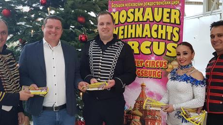 150 Freikarten spendierte der 6. Moskauer Weihnachtscircus für bedürftige Stadtberger Familien. Von links Gino Frank, 2. Bürgermeister Michael Smischek, Michael Wagner, Marisa und Salvi Donito vom Weihnachtscircus.