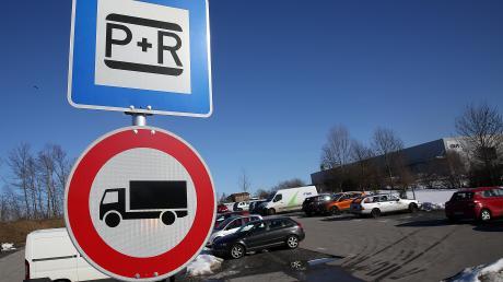 Wichtigstes Verkehrsmittel der Pendler ist nach wie vor das Auto. Zehn Prozent nutzen den öffentlichen Nahverkehr.