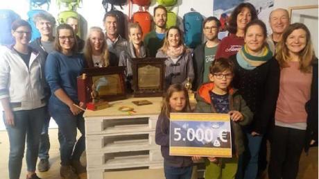5000 Euro an Spenden für eine Grundschule in Nepal übergaben Mitarbeiter der Gersthofer Firma Deuter. Foto: Angela Vögele