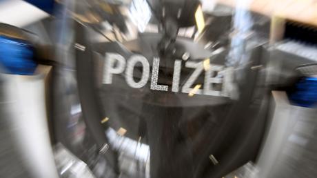 Eine Autofahrerin, die am Donnerstag in Adelsried einen Unfall verursacht hatte, musste sich einem Alkoholtest unterziehen, da die Polizei bei der 44-Jährigen starken Alkoholgeruch bemerkte.