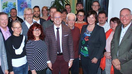 Im Beisein von Fabian Mehring und Johann Häusler sowie Landratskandidatin Melanie Schappin stellten sich die Gemeinderatskandidaten der FWG Meitingen für ein Gruppenbild auf.