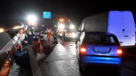 Wenige hundert Meter vor der Anschlussstelle Adelsried ereignete sich auf der A8 am Freitagabend ein Unfall mit mehreren beteiligten Fahrzeugen.