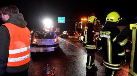 Wenige hundert Meter vor der Anschlussstelle Adelsried ereignete sich auf der A 8 in Fahrtrichtung München am Freitagabend, 13. Dezember, ein Unfall mit mehreren beteiligten Fahrzeugen.