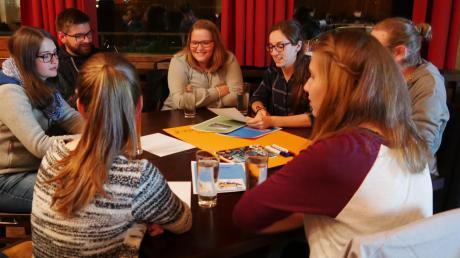 Ihre Ideen, Wünsche oder Visionen für ihre Heimatgemeinden, den Landkreis, die Schule, den Nahverkehr, Freizeiteinrichtungen oder andere Themen können Jugendliche und junge Erwachsene aus dem Augsburger Land bei einer zweitägigen Beteiligungskonferenz kundtun.