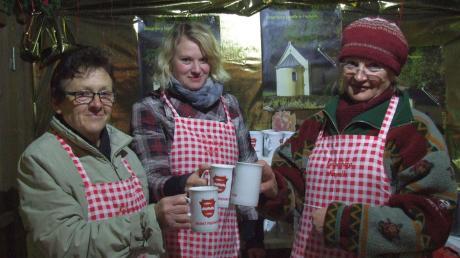 Die Damen des Freundeskreises Kölberbergkapelle servierten auf dem Fischacher Weihnachtsmarkt ihre wärmenden Getränke stilvoll in den neuen, von der Marktgemeinde angeschafften Tassen.