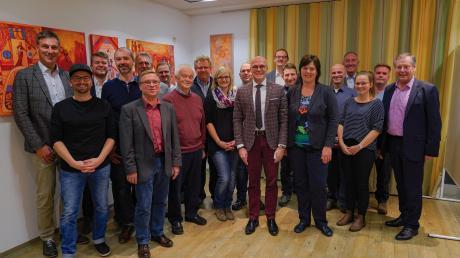 Spitzenkandidat Dr. Fabian Mehring (Mitte) gemeinsam mit FW-Landratskandidatin Melanie Schappin (rechts daneben) umringt von den Listenkandidaten der Freien Wähler bei der Nominierung im Gasthof Neue Post.