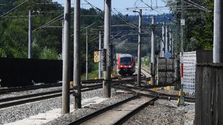 Einen Schaukasten haben Unbekannte am Montag in der Unterführung am Bahnhof Dinkelscherben in Brand gesetzt.
