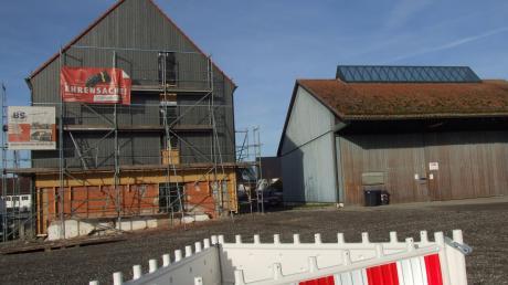 Der Neubau des Feuerwehrgerätehauses in Kutzenhausen erfolgt im Anschluss an das frühere Raiffeisengebäude (im Bild links). Ebenfalls entstehen auf dem Areal in Verbindung mit der ehemaligen Düngemittelhalle Umbaumaßnahmen für den Bauhof. Mit der Baumaßnahme soll 2020 begonnen werden.