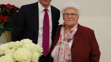 Im Namen des Ministerpräsidenten hat Landrat Martin Sailer jetzt Christa Niedermair für ihre Verdienste im Ehrenamt in Leitershofen ausgezeichnet.