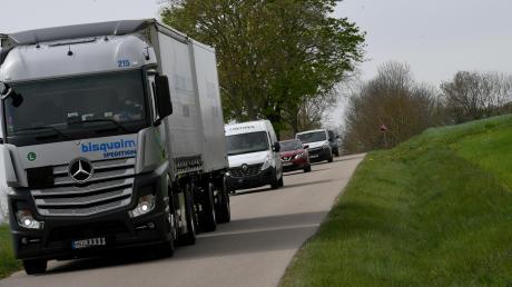 Die kleinen Straßen zwischen Auerbach und Streitheim seien nicht für Lastwagen ausgelegt, meinen Kritiker. Dennoch seien eine Menge Laster auf der Strecke unterwegs.