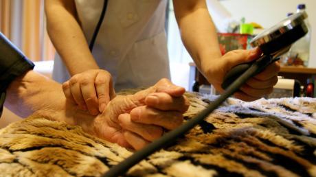 Nach mehreren Vorfällen in einer Senioren-WG im Landkreis ist ein Pflegedienst ins Visier der Behörden und der Politik geraten.