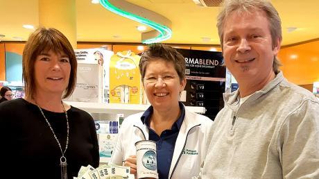 """Mit großer Freude nahm die Koordinatorin der Meitinger Tafel Christine Möritz (links) die Spende in Höhe von 3113 Euro für die Meitinger Tafel von Apothekerin Regine Hörburger (Bildmitte) und """"Apothekenchef"""" Heinrich Klimesch (rechts) entgegen."""