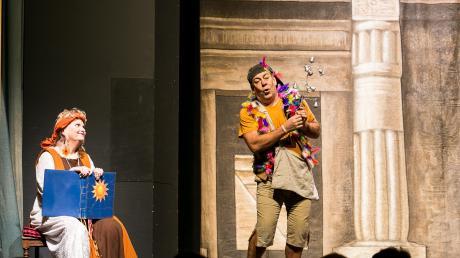 Papageno (Tomás Bartunek) sucht seine Papagena. Sein verzaubertes Glockenspiel hilft ihm bei seiner Suche. Erzählerin Isira (Melinda Thompson) fiebert, genauso wie die Kinder im Publikum, mit.